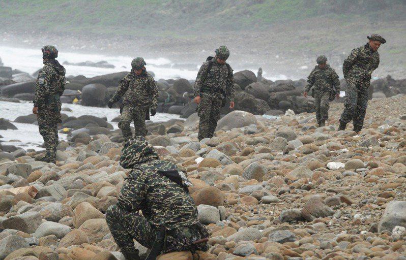 軍方各單位今天持續搜尋失蹤的上尉飛官潘穎諄。記者劉學聖/攝影