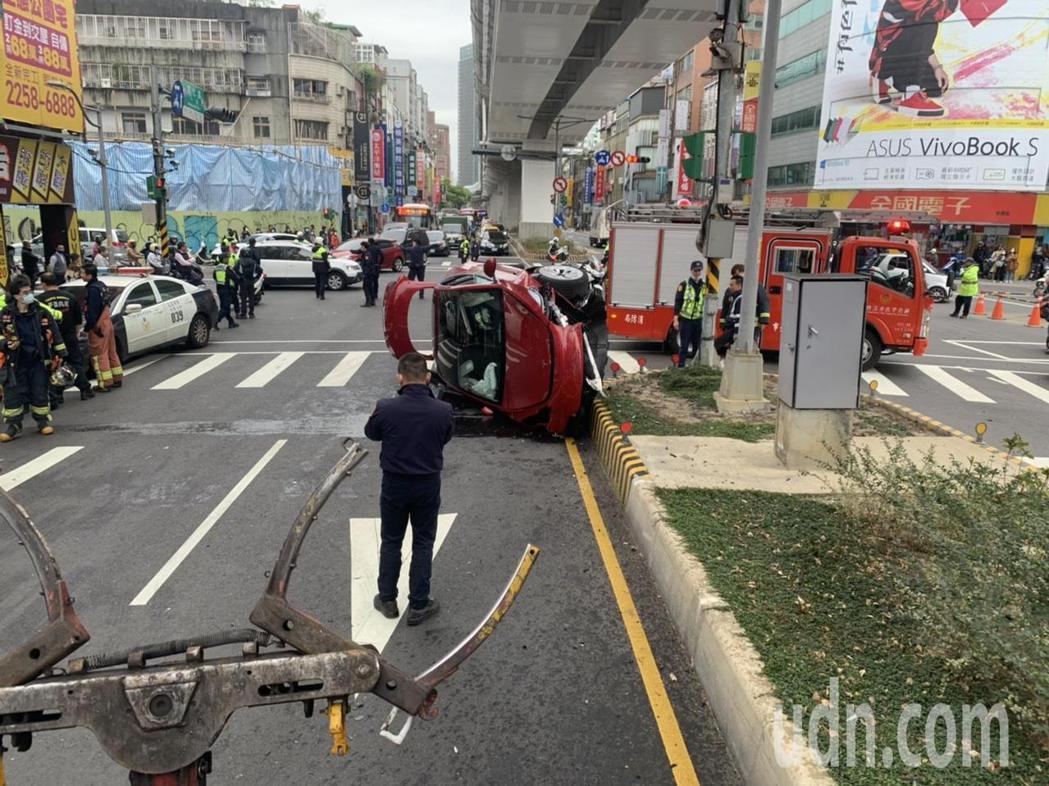 一輛特斯拉電動車今天下午在新北市板橋區民生路與漢生東路口與兩輛機車發生車禍,汽車...