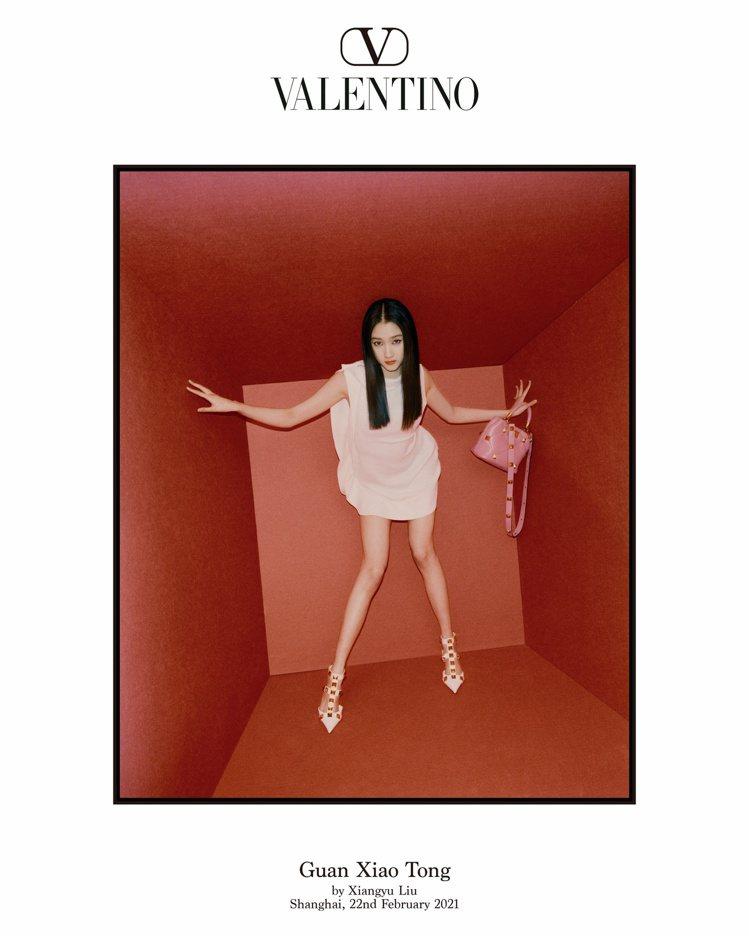 在不同層次的紅色置景中,關曉彤在光與影相交輝映,展現力量。圖/Valentino...