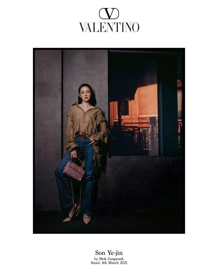 梨泰院街區的路燈光影中,孫藝珍探索著街頭攝影的獵奇。圖/Valentino提供