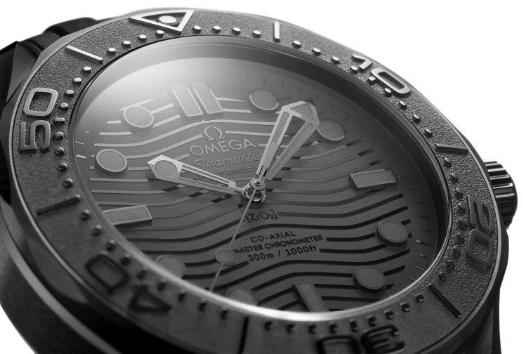 海馬300米腕表「黑黑(Black Black)」,全數黑色成色、僅使用灰色夜光...