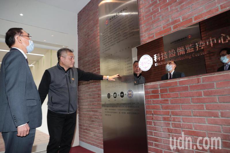 法務部長蔡清祥搶先視察科技設備監控中心。記者蘇健忠/攝影