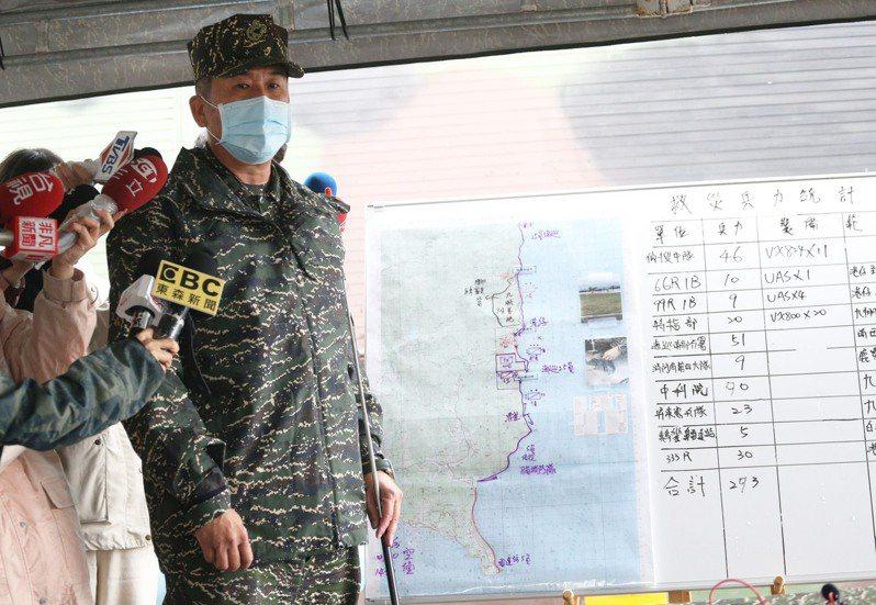 三軍聯訓基地少將指揮官張明德坐鎮指揮搜救任務,他證實,今天找到一頂飛行頭盔,初步判斷是潘穎諄使用的裝備。記者劉學聖/攝影