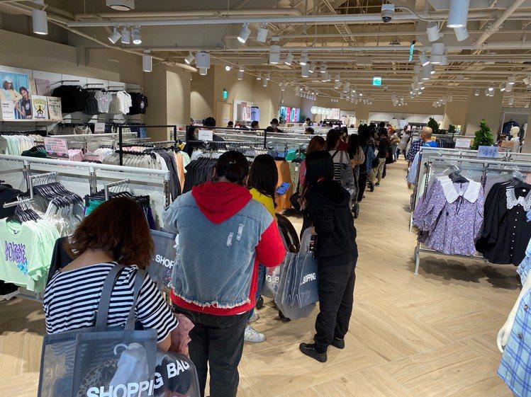 H&M在台南的第二家據點開幕之際,吸引周遭消費者就近購買,提袋率高,證明...
