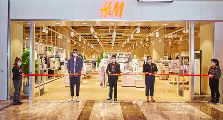 不到一年的時間,H&M就在台南開出兩家大店,最新門市進駐了南紡購物中心。...