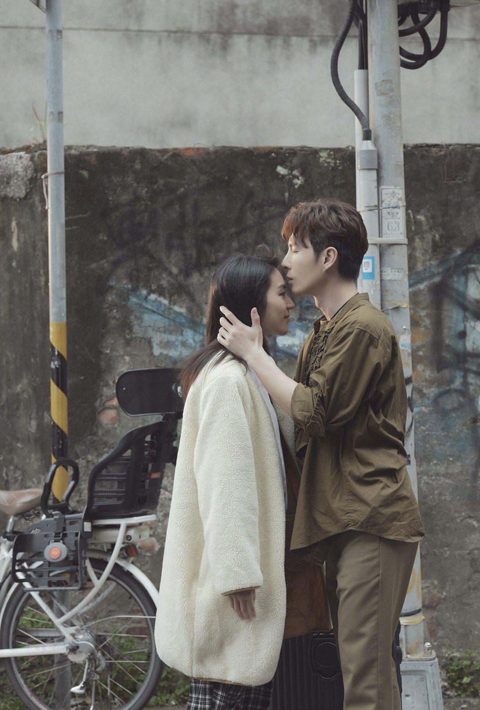 陳勢安(右)在「兜轉」MV中,與新銳演員紀念潔有微親密戲。圖/索尼音樂提供
