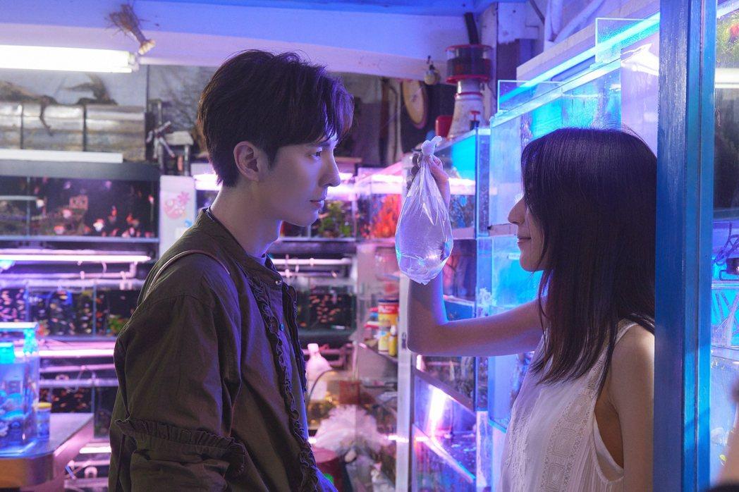 陳勢安(左)為拍攝MV上工超過12小時,靠水族館看看到各式魚兒悠遊充電。圖/索尼...