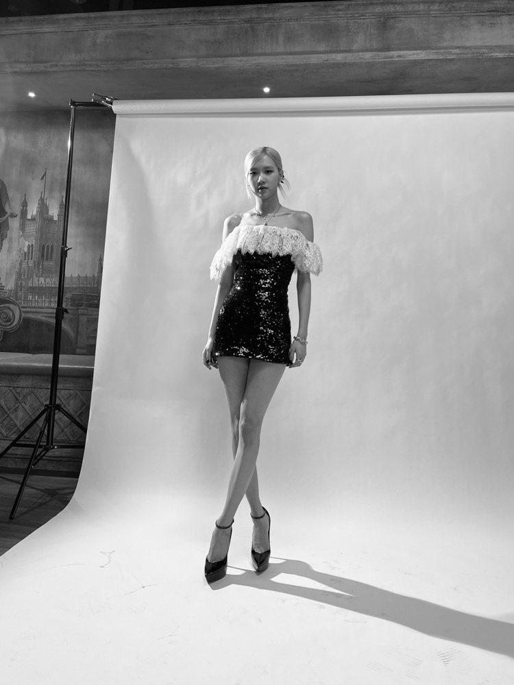 ROSÉ穿Saint Laurent黑色亮片綴蕾絲褶邊洋裝。圖/摘自IG