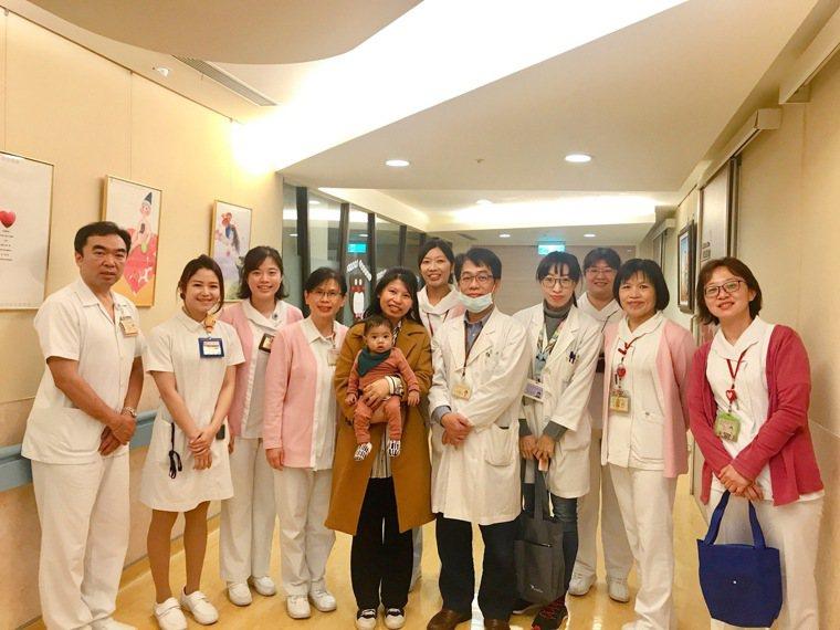 北榮移植外科團隊與BunBun母子合影。圖/北榮提供