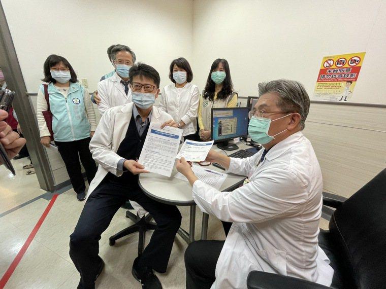 嘉義基督教醫院今天開始施打AZ疫苗的門診。記者林伯驊/攝影