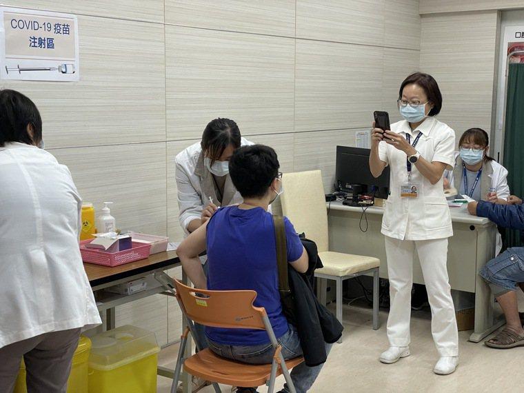 嘉義市獲配發600劑AZ疫苗,由嘉義基督教醫院設門診施打。記者林伯驊/攝影