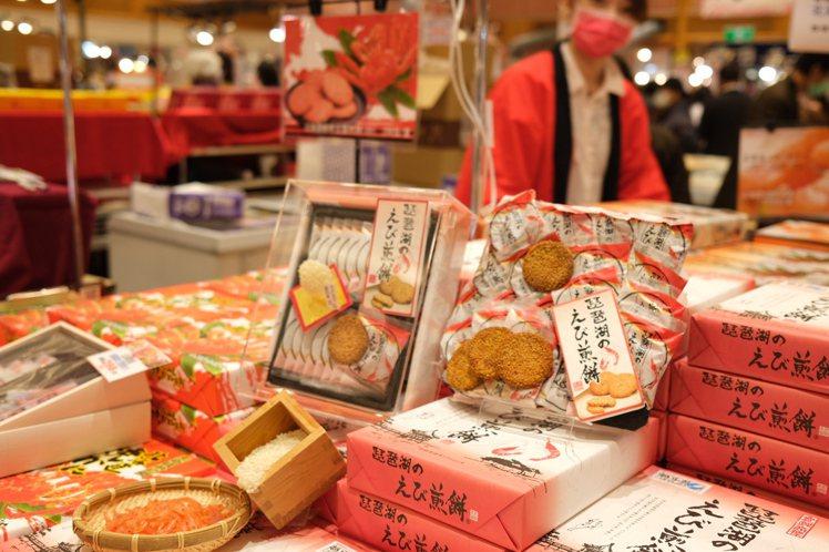 不能出國,SOGO和風節各式日本伴手禮美食成為吸引消費者搶購的重點。記者江佩君/...