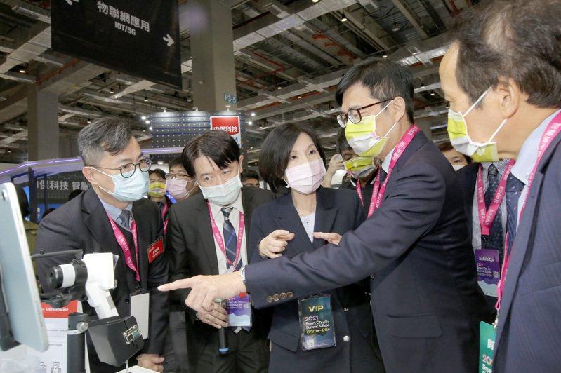 高雄市長陳其邁(右二)於「2021智慧城市展」首日親赴遠傳展區,由遠傳總經理井琪(右三)親自接待、導覽,交流高雄智慧城市發展的願景。圖/遠傳電信提供