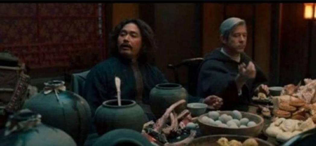 神父餐桌上出現皮蛋和月餅等違和食物。圖/翻攝自SBS