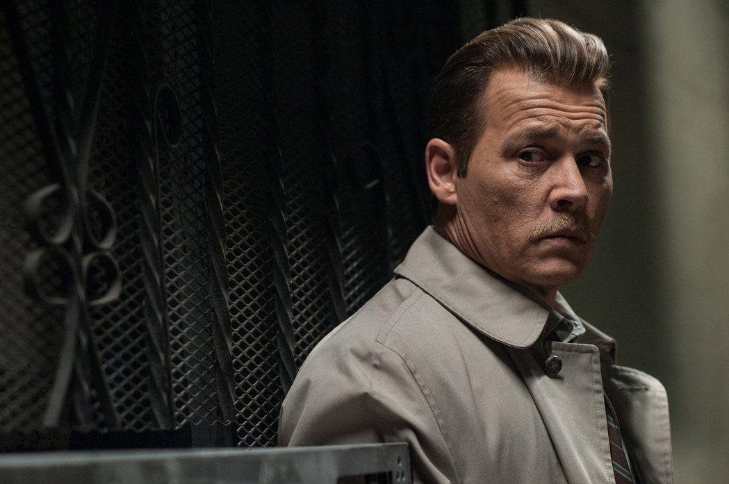 強尼戴普在「誰殺了大個子」中飾演真實人物前洛杉磯警局探員羅素波爾。圖/華映提供