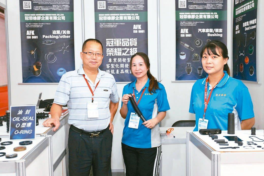 冠榮橡膠公司總經理許誠雄(左)與夥伴合影。黃奇鐘/攝影