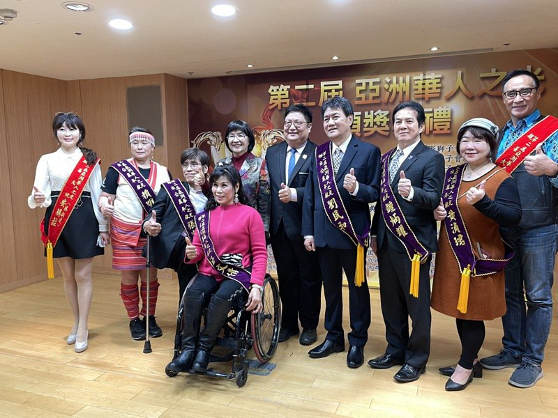 「亞洲華人之光」得主賴明惠(左2)、張忠義(左3)、任文倩(左4)、劉民和(右4)、鍾炳耀(右3)、黃湞珺(右2)。記者王敏旭/攝影