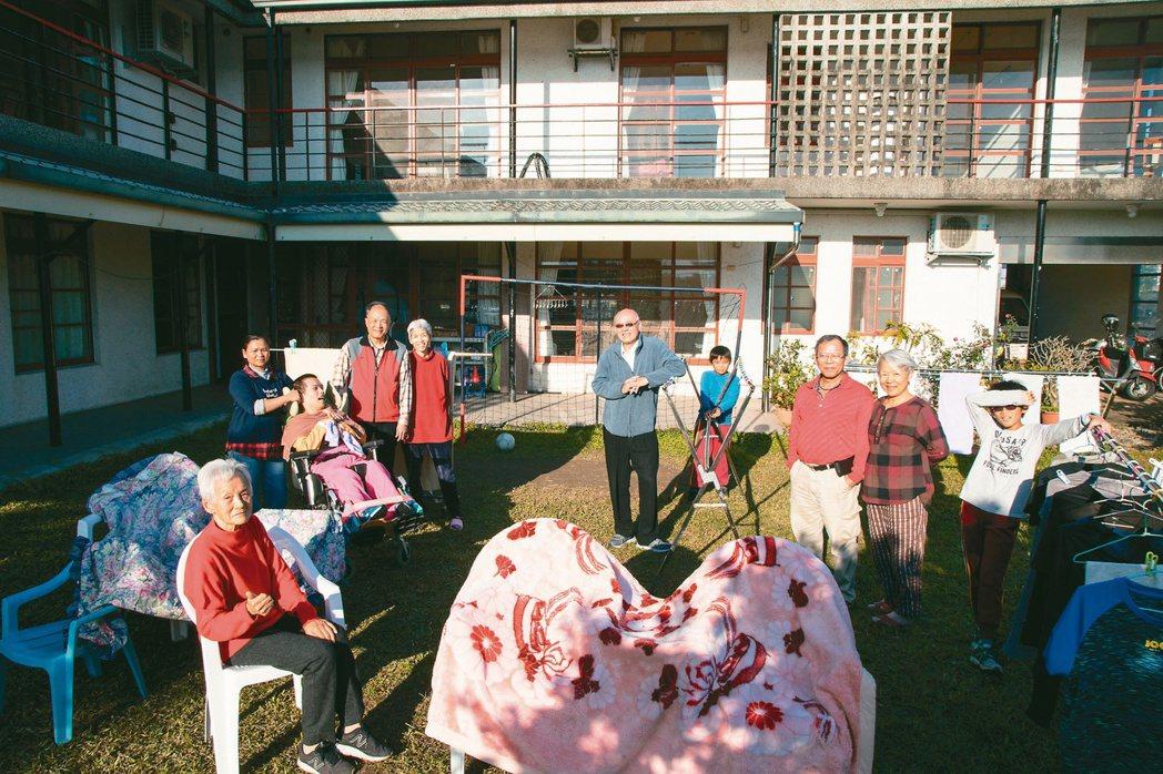 四代同堂的大家庭,王家兄妹將無障礙房舍送給父母、重度腦性麻痺的孩子,也為自己的老...