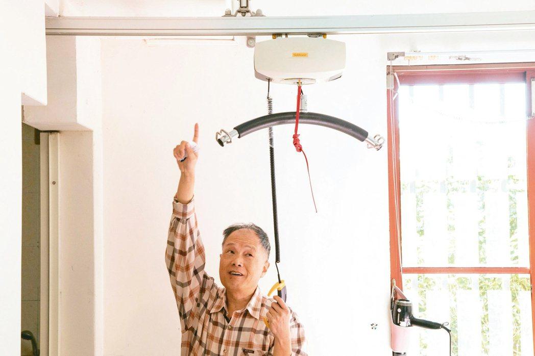宜蘭縣特教資源中心前主任王宜忠的兒子從小癱瘓,他在房裡安裝了懸吊式移位機,軌道由...