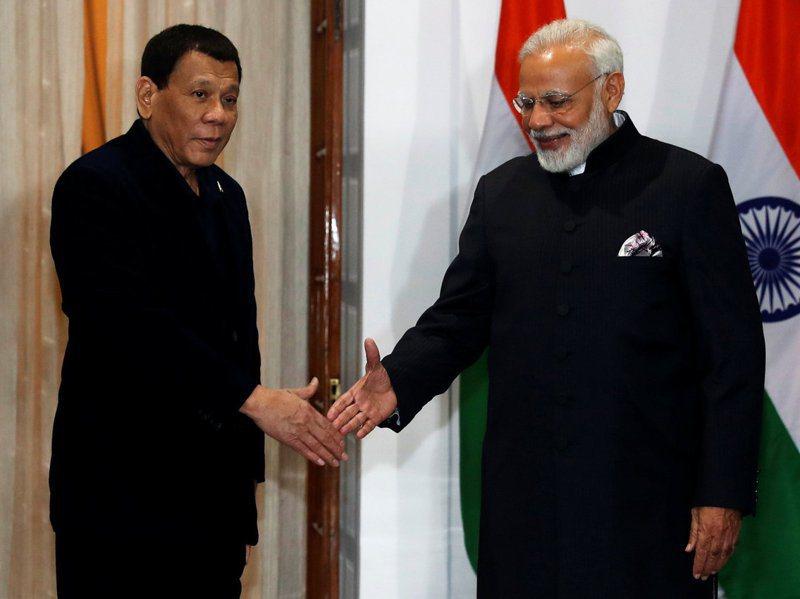 菲律賓總統杜特蒂(左)和印度總理莫迪二○一八年一月在印度新德里會晤。路透
