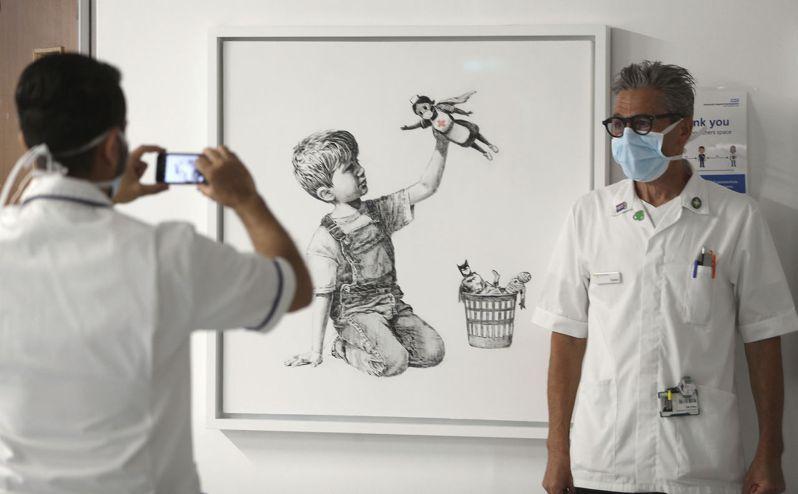 Banksy向醫護致敬的作品《Game Changer》。(美聯社資料照)