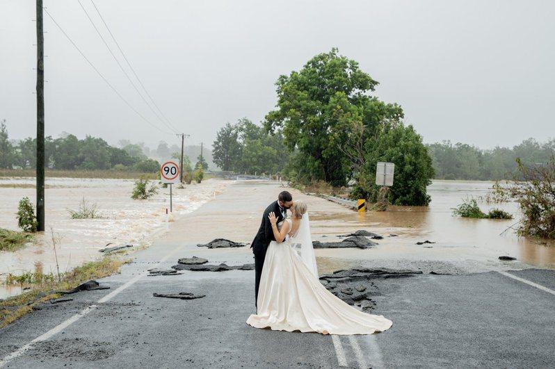 新人在洪水前完婚。圖/取自twitter@KatelFog