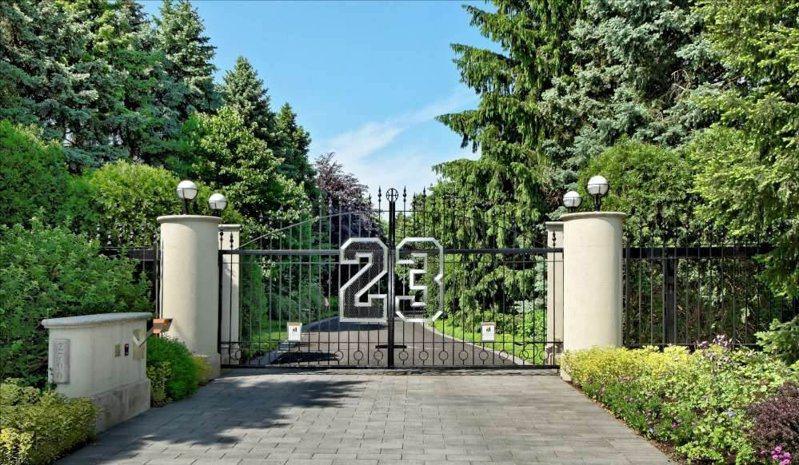 喬丹豪宅最著名的是焊有23號的鍛造大門,也是許多球迷朝聖之地。 截圖自推特