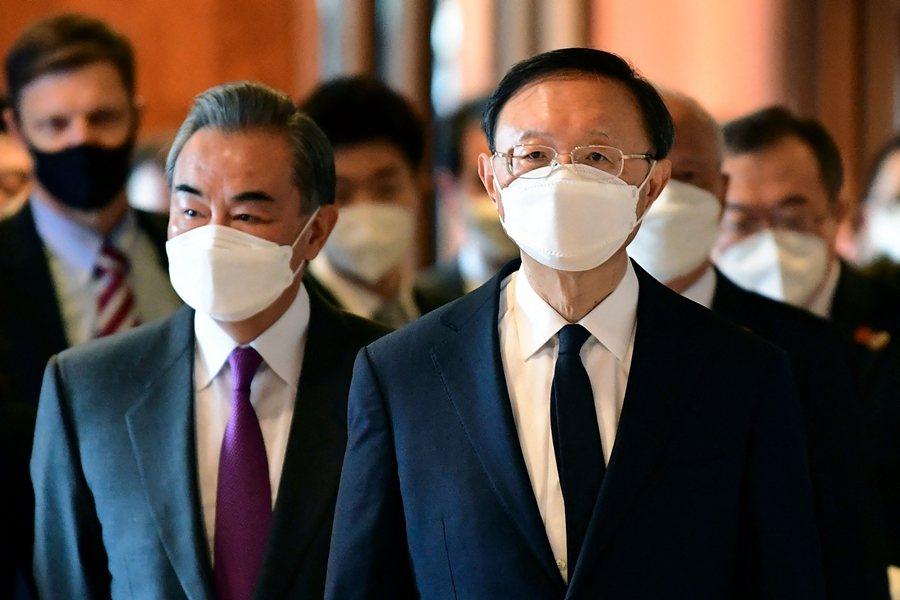 中共中央外事工作委員會辦公室主任楊潔篪(右)對美國的長篇指責,再度顯示中共「戰狼外交」模式已經加速全面升級。 圖/法新社