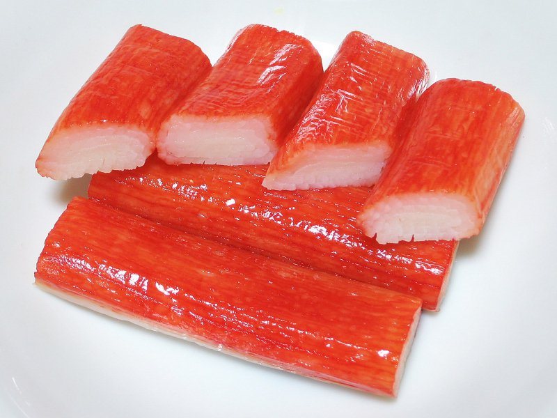 蟹肉棒外層薄膜究竟要不要拆掉再下鍋,民眾常形成兩派意見。 圖擷自維基百科