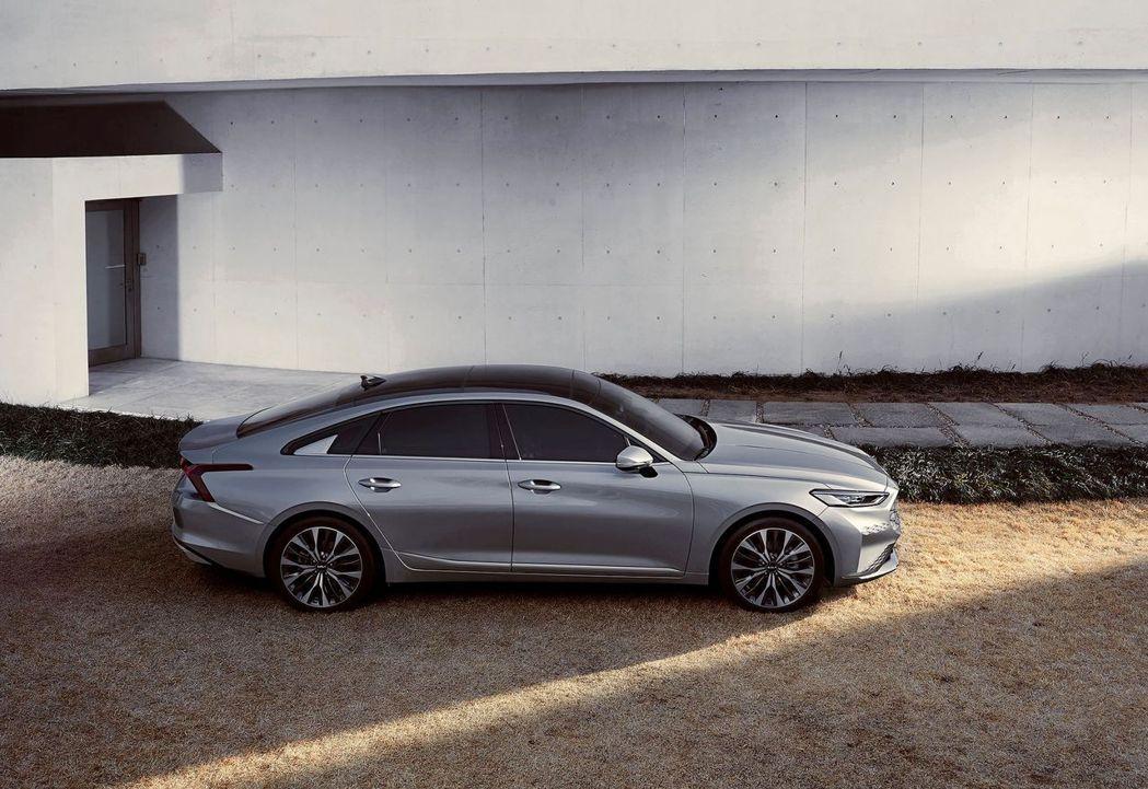 全新Kia K8車長5,015mm、車寬1,875mm、車高1,455mm、軸距...