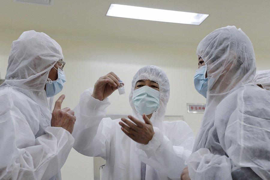 台灣國產疫苗目前比較有希望的有兩個,一是高端的次蛋白疫苗,另一是聯亞的胜肽疫苗。 圖/總統府