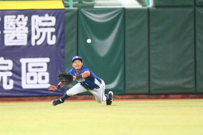 林哲瑄在中外野有多次美技接殺,幫投手省下不少分數,獲得單場最有價值球員。 截圖自悍將官方粉絲團