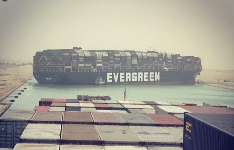 長榮海運超大型貨櫃輪長賜號(Ever Given)卡在蘇伊士運河,造成運河雙向交通大阻塞。 圖/twitter(@John Scott-Railton)
