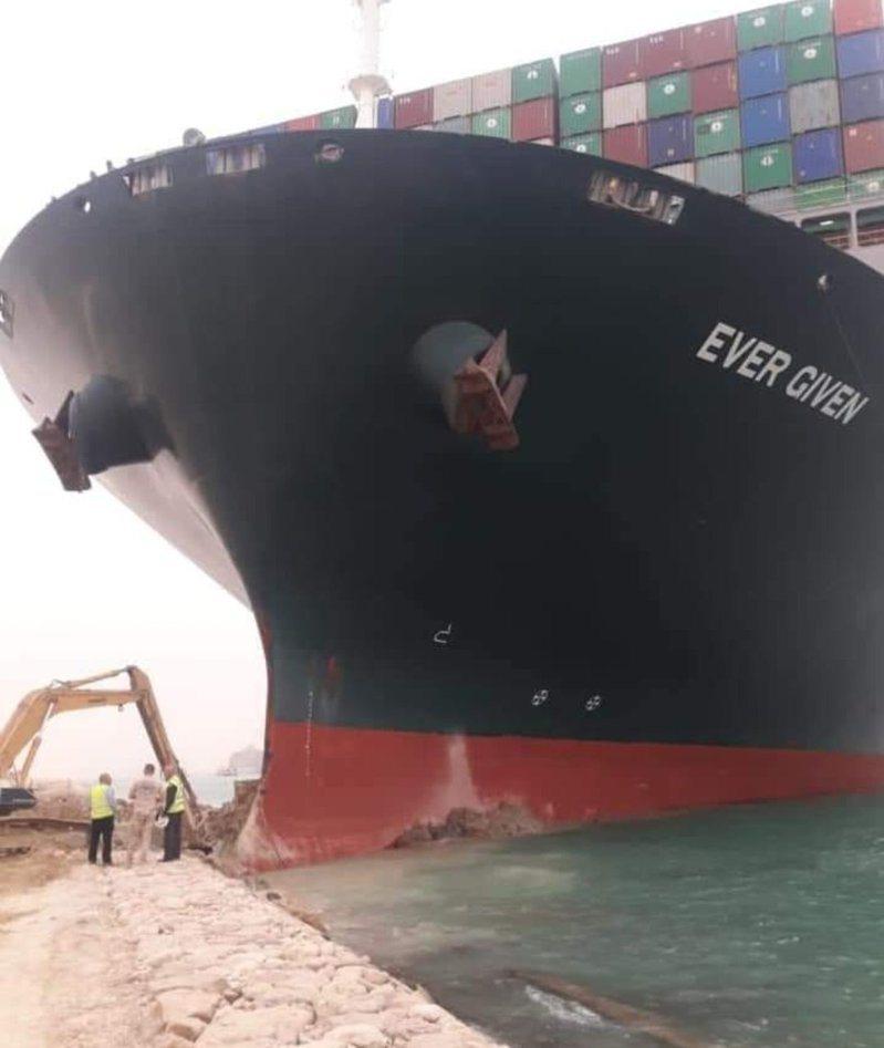 長榮海運巨型貨櫃輪長賜輪在蘇伊士運河擱淺。 圖/推特@HiggsBosAnON