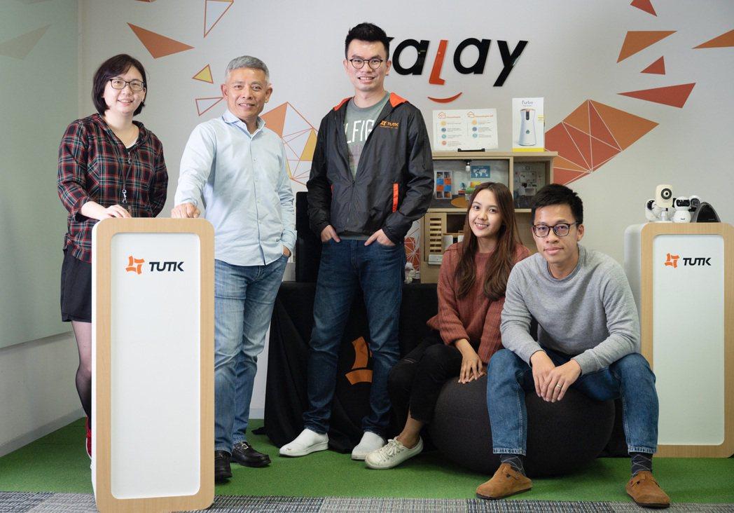 總經理郭啟銘(左二)帶領公司團隊創造營收穩定獲利。