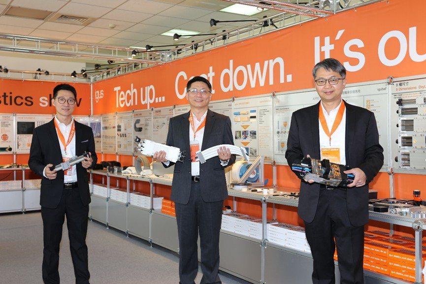 德商台灣易格斯公司總經理林廣耀(中)與夥伴在動態工程塑膠展 imps攤位合影。 ...