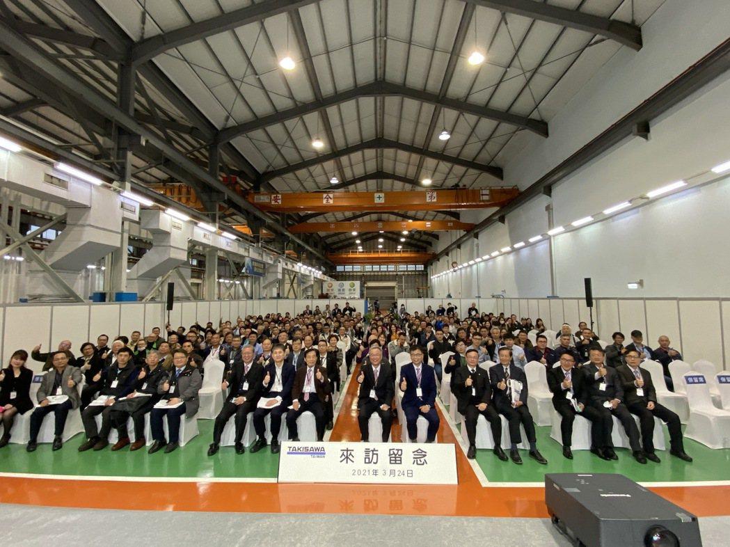 瀧澤科日前在公司的楊梅廠區發表智能多軸車銑複合機,吸引逾300位各地代理商及加工...