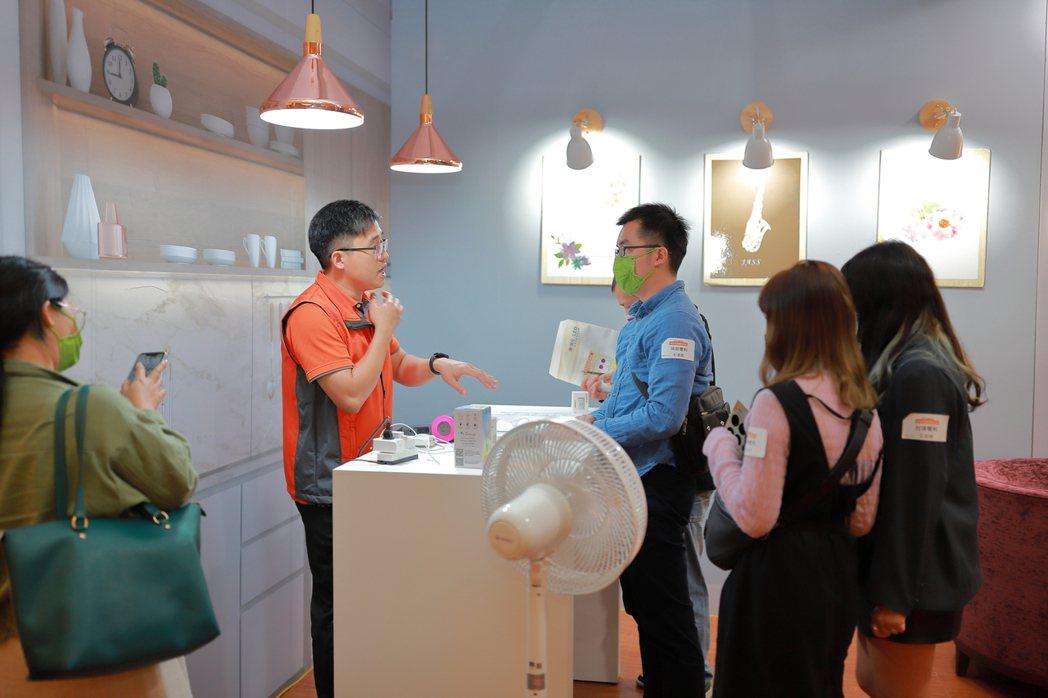 會場打造「智慧家庭體驗館」,現場直接體驗聲控照明與情境空間。展晟照明集團∕提供