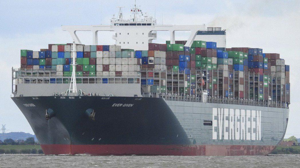 長榮貨輪長賜號(Ever Given)卡在蘇伊士運河,造成雙向交通大塞船事件,不...