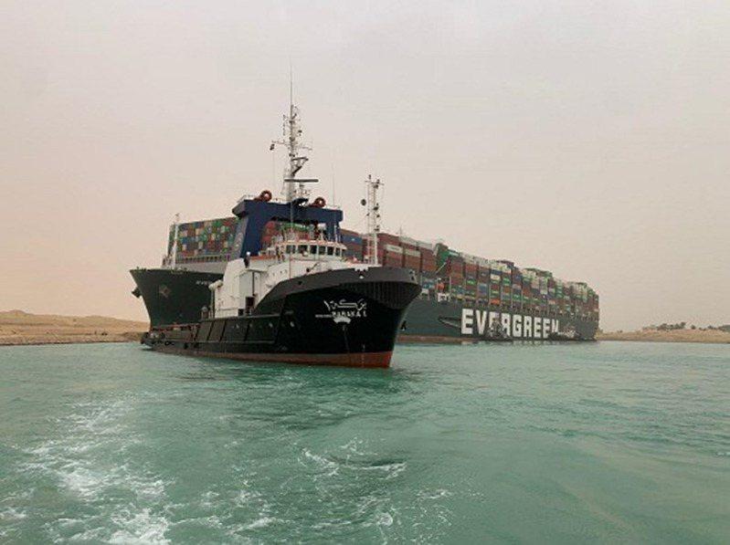 長榮貨櫃船「長賜號」23日卡在蘇伊士運河造成雙向交通大阻塞,投資人擔憂全球原油運輸受衝擊,紐約期貨油價應聲從2月初以來最低點反彈1%。 圖擷自蘇伊士運河管理局網頁