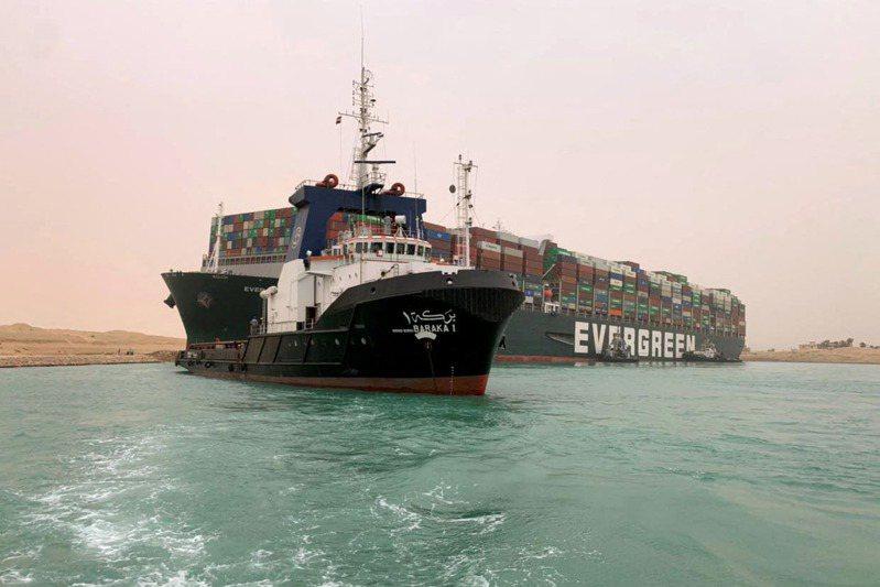 長榮貨櫃輪長賜輪(Ever Given)23日在蘇伊士運河意外觸底擱淺,日媒報導,這艘貨櫃輪是位於日本愛媛縣的正榮汽船公司所擁有,由台灣的公司負責營運。 法新社