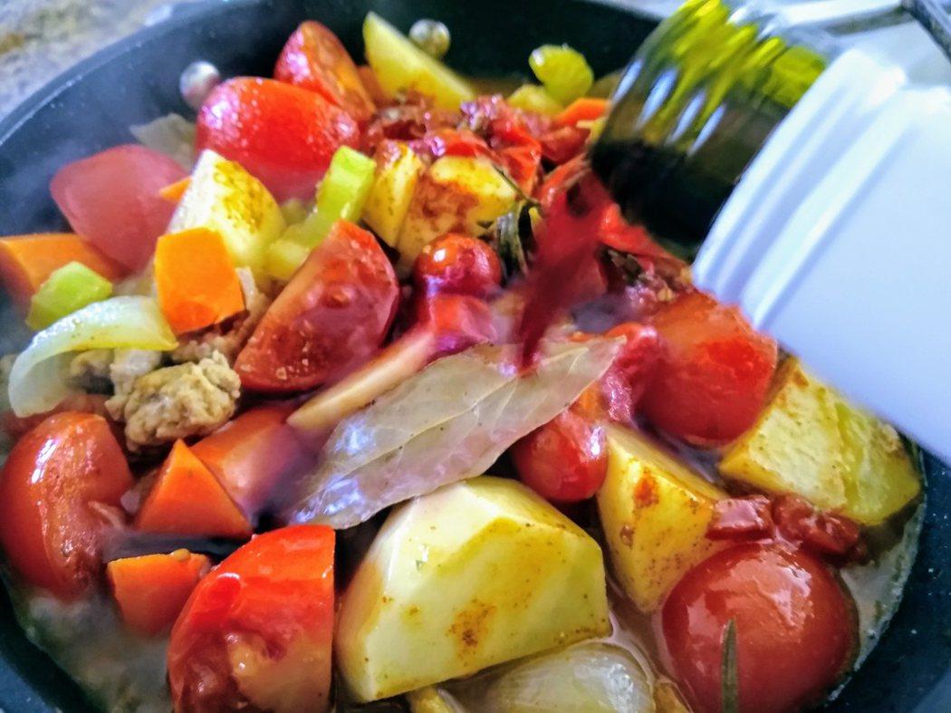 圖文:美國番媽/食譜/櫻花紅酒蕃茄豬燉菜
