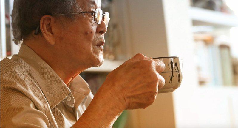黃春明的日常生活有自己的節奏,清晨才睡、午後兩點才醒,利用夜半的寧靜時光讀書寫作,他自嘲「我在台灣過美國時間」。記者林澔一/攝影