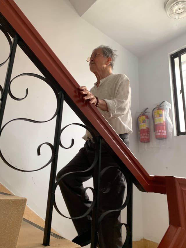 86歲的作家黃春明住在老公寓五樓,雖然出入都必須爬樓梯,但他從未因此考慮搬離住了...