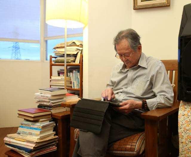 黃春明的書房運用木質地板與暖色燈光,氣氛溫馨。近年他都用iPad、手指一筆一劃寫...