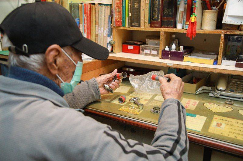 華爺爺至今仍會獨自出門買菜、逛五金行買買各種小零件和工具,自製拐杖、修理傢俱是他的生活樂趣。記者許詩愷/攝影