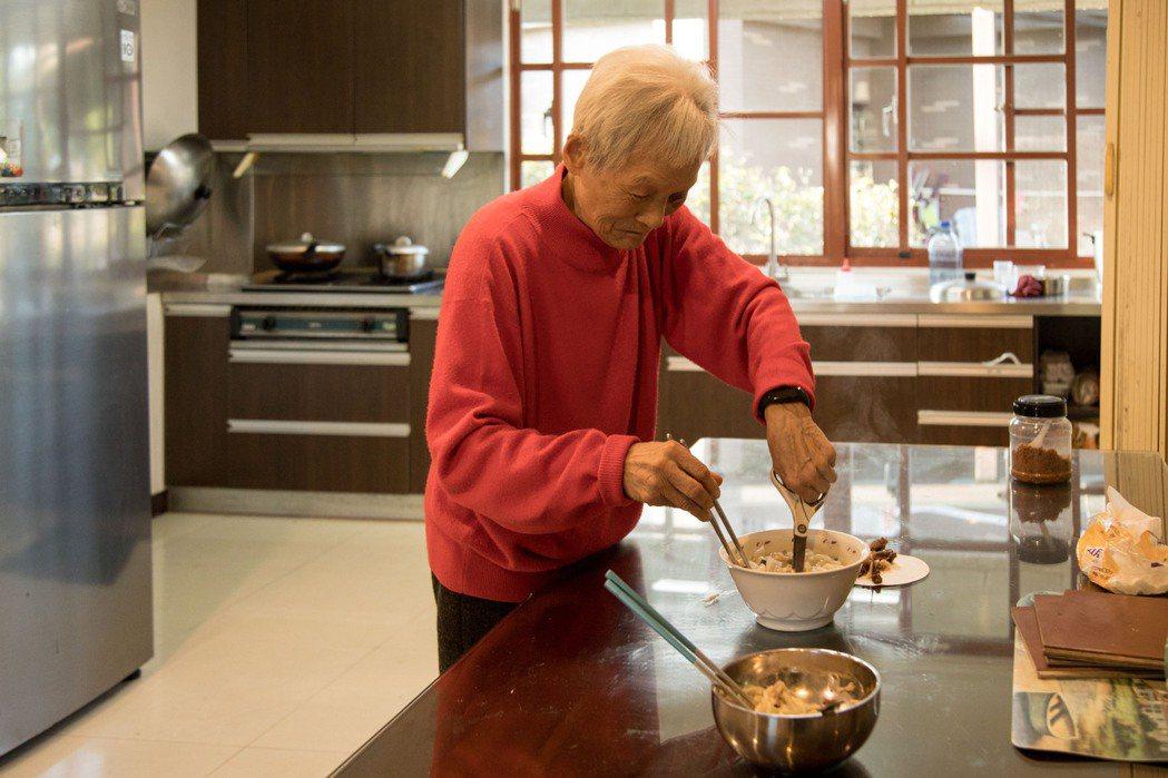 九十三歲媽媽劉心鈺每周二都會為全家人煮晚餐,甚至仍自己出門上菜市場,既活化體力,...