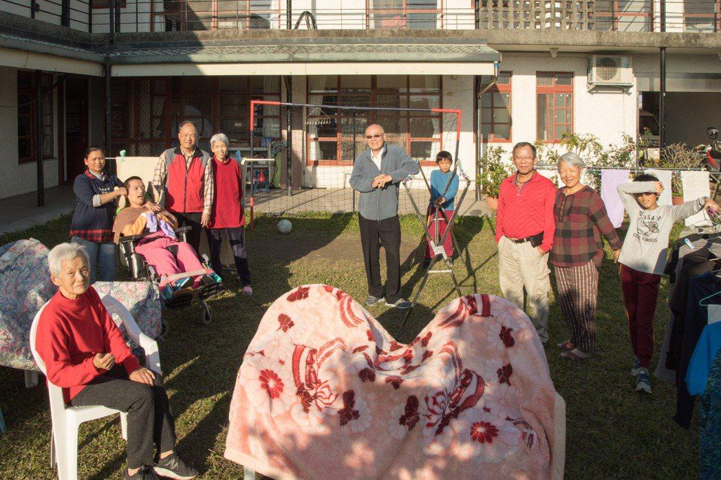 前宜蘭縣特教資源中心主任王宜忠(左四)和兄弟姊妹一同買地,為九十多歲父母、重度腦...