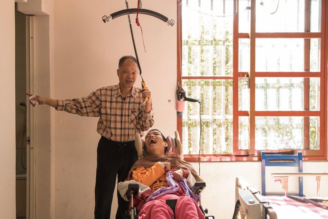 王宜忠為重度腦性麻痺的獨子王尹打造住家,使用懸掛式移位機,讓他舒適來往臥室、浴室...