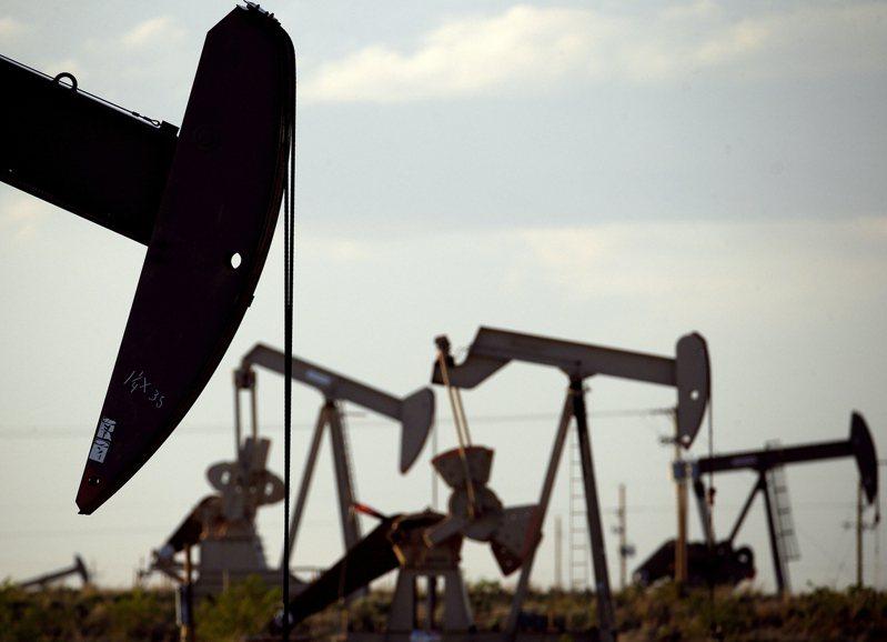紐約原油期貨收盤上漲1.2%,受股市下跌拖累而脫離了盤中高點。示意圖/美聯社